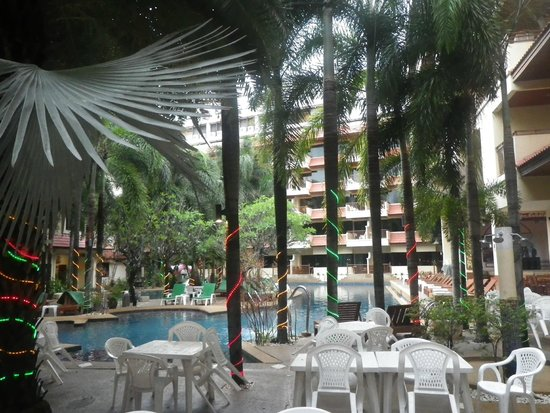 Baumanburi Hotel: Looking out from reception to pool area