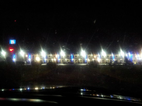Motel 6 Martinsburg: Outside of hotel at night