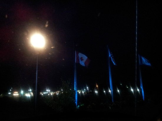 Motel 6 Martinsburg: Flags outside the hotel