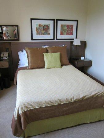 Hotel Royal-Riviera : TINY bed!