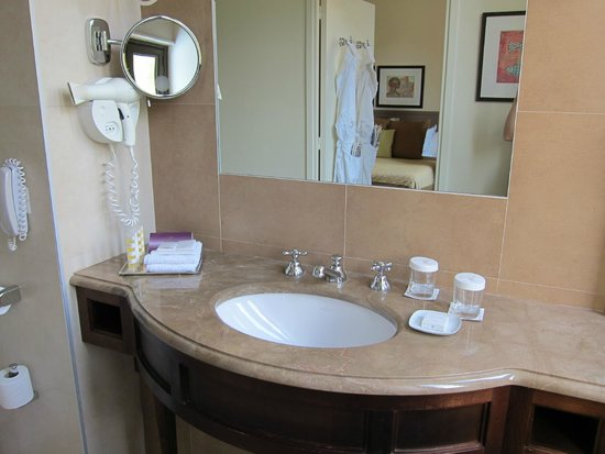 Hotel Royal-Riviera: Bathroom vanity