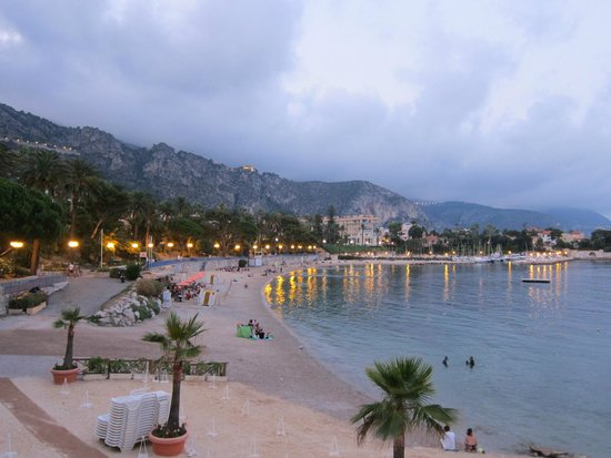 Hotel Royal-Riviera: View of the beach at dusk