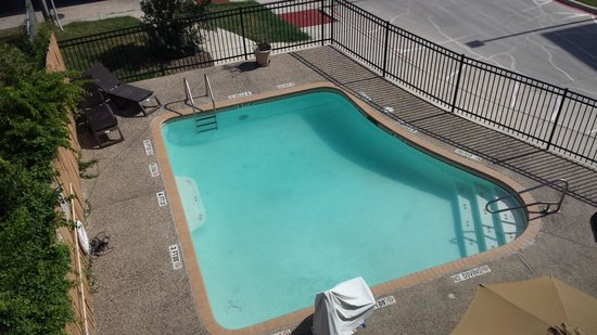BEST WESTERN Windsor Pointe Hotel & Suites-AT&T Center: Looking down on pool from 3rd floor
