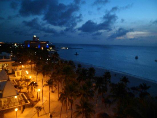 Hotel Riu Palace Aruba: Vista desde la habitacion al anochecer...