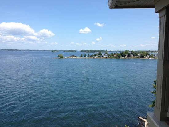 1000 Islands Harbor Hotel: View living area balcony