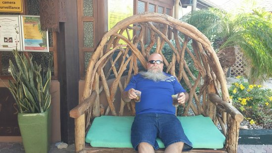 Casa Del Mar Beach Resort: Sitting in the big chair at Matthew's during happy hour