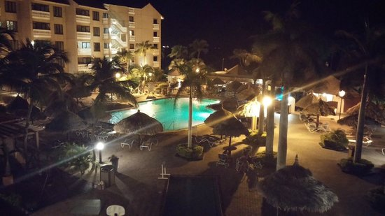 Casa Del Mar Beach Resort: Beautiful night view of the pool from my balcony