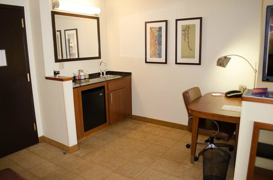 Hyatt Place Colorado Springs: The fridge and coffee center is off the side along with the desk