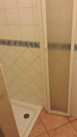 Hotel San Giorgio : Questo dovrebbe essere un bagno da 4 stelle?!?! Veramente orribile con la chiusura rotta e tutta