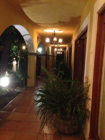 El Encanto Inn & Suites Boutique Hotel : Downstairs hallway