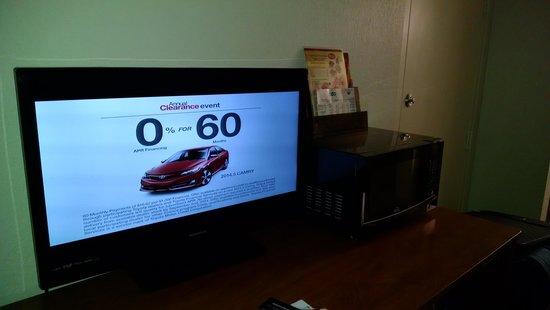 Americas Best Value Inn - Oklahoma City / I-35 North : TV/microwave Room 101