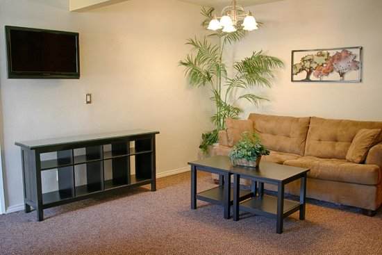 St. George Motor Inn: CONTEMPORARY SUITE LIVING AREA