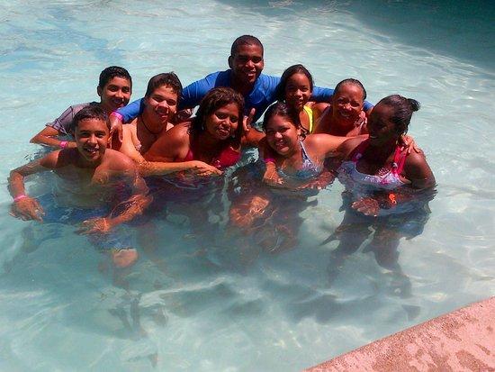 Hotel Kokobay : amigos disfrutando de la piscina.. dia maravilloso..