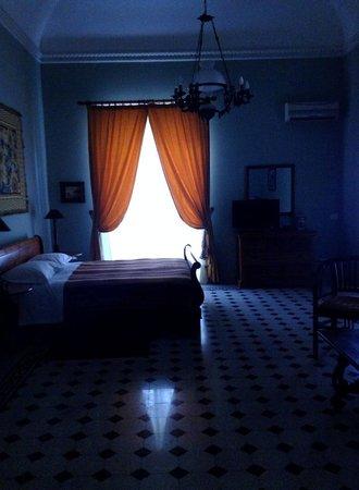 Palazzo Pantaleo B&B: Large comfy bedroom