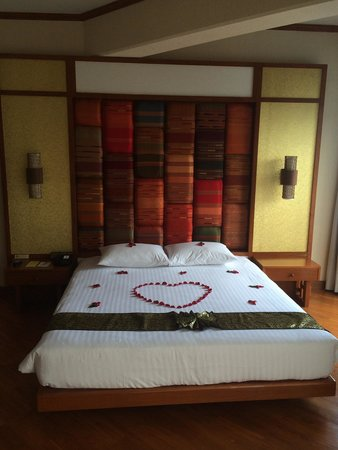 The Royal Paradise Hotel & Spa: Junior Suite Bed