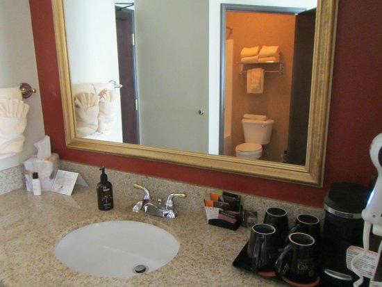 Oxford Suites Downtown Spokane: Sink area, outside of bathroom