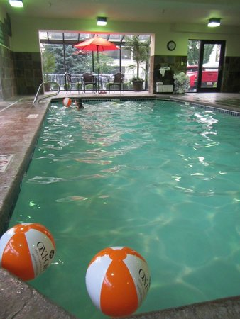 Oxford Suites Downtown Spokane: Swimming pool, with patio area outside