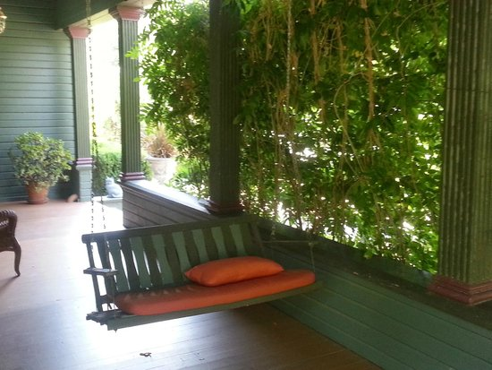 Vintage Towers Bed and Breakfast Inn: Front porch swing