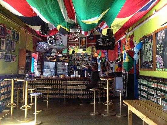 The Point Hostels - Cusco: Vista a la barra del bar