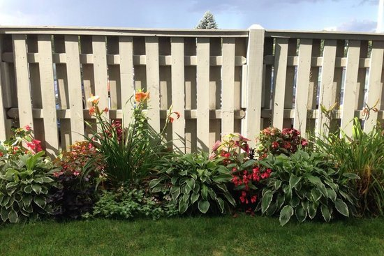 Stage Neck Inn: Flowers and privacy fence