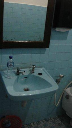 Satriya Cottages: bath sink