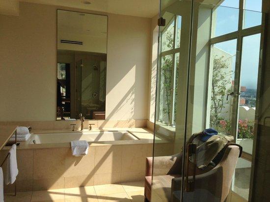 Sunset Tower Hotel: Bathroom