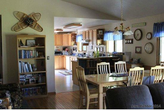 Ocean Bluff Bed and Breakfast: Ocean Bluff kitchen/dining room