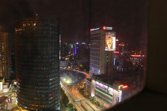 New Era Hotel Kunming : La vue de la chambre, dommage que les fenêtres ne s'ouvrent pas à 100%