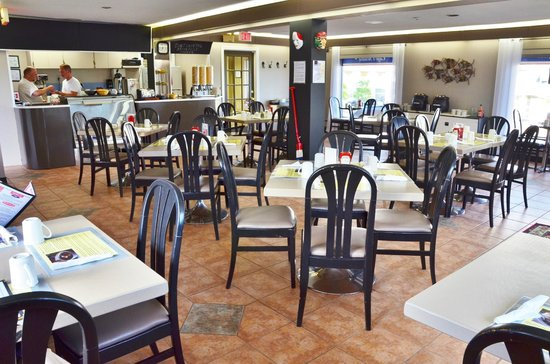 Cafe l'Acadie: The café is spacious, clean and bright with touches of Acadian decor.