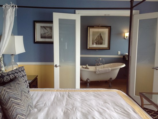The Portofino Hotel & Marina, A Noble House Hotel: Fabulous bath in third floor suite