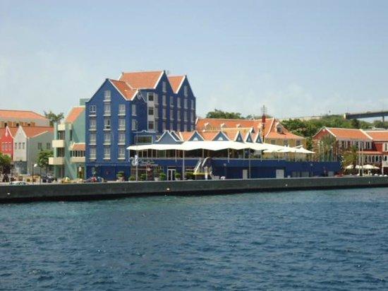 Otrobanda Hotel and Casino: El Hotel desde el puente flotantes