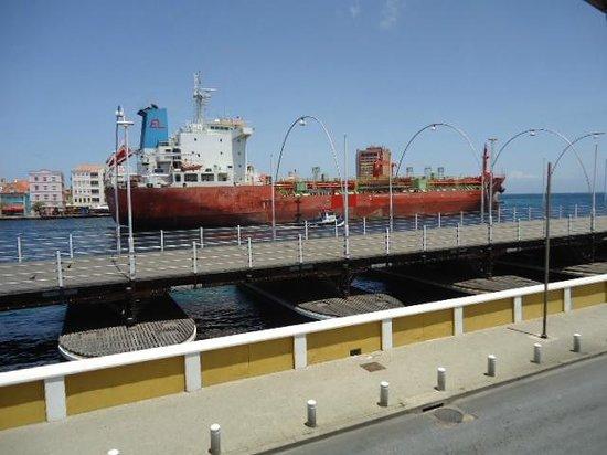 Otrobanda Hotel and Casino: Paso de buques por el canal
