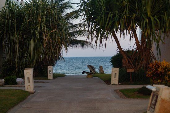 Now Sapphire Riviera Cancun: Camino al mar desde el edificio 02