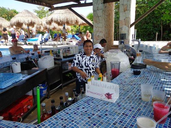 Grand Sirenis Riviera Maya Resort & Spa : Bar de una de las piscinas con Ventura