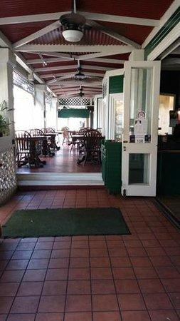 Poipu Tropical Burgers: Nice outdoor breezeway