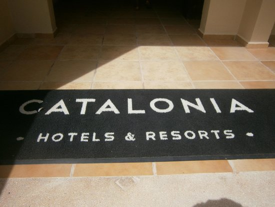 Catalonia Riviera Maya: Welcome Mat in the building for the upgraded rooms