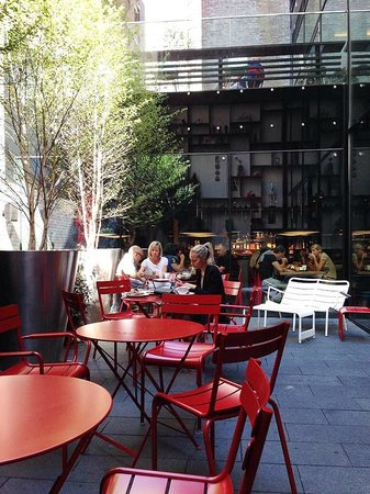 citizenM New York Times Square: Courtyard dining