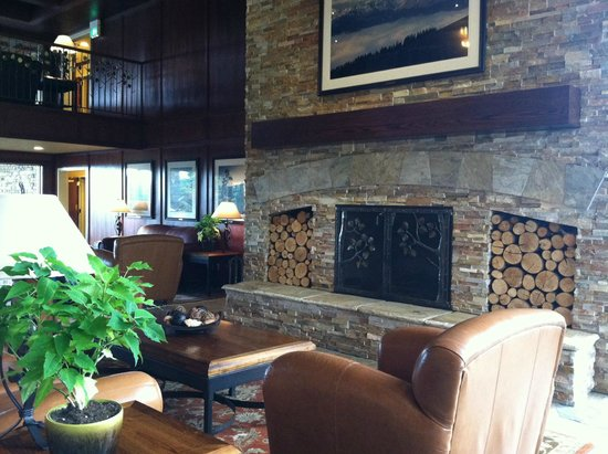 Olympic Lodge: The aroma of the wood burning fireplace permeated the beautiful lobby area