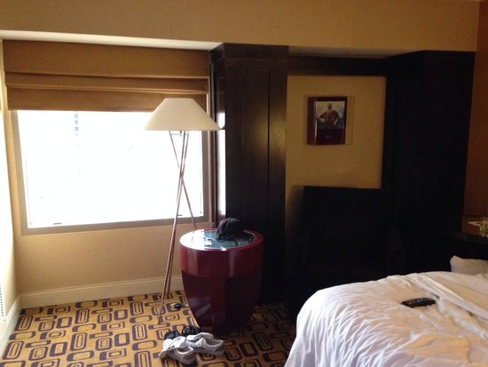 Planet Hollywood Resort & Casino: Strip facing window with blinds that do not go up any higher. So much potential here but not uti