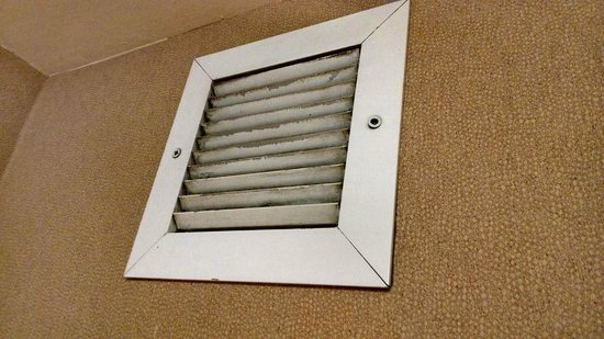 Hampton Inn Erie-South: Filthy bathroom fan vent - nonworking fan