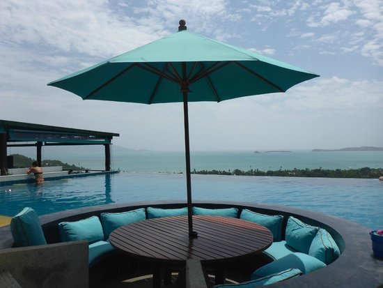 Mantra Samui Resort : Swim up bar/restaurant to the left - Koh Phangan and the Gulf of Thailand in the distance