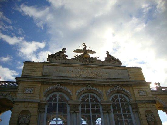 Schonbrunner Gardens: Глориетта в прекрасный весенний день
