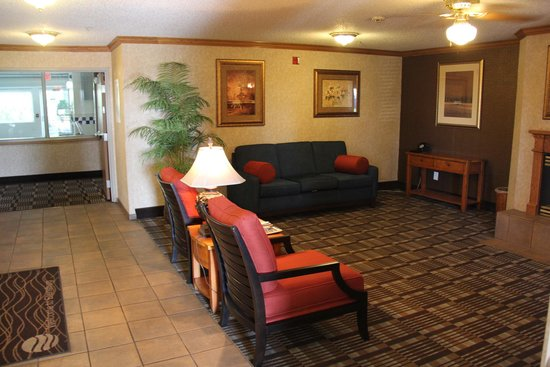 Comfort Inn: lobby sitting area with fireplace