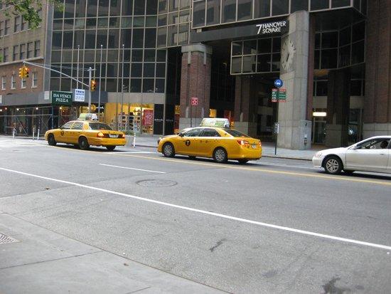 Andaz Wall Street: die bekannten Taxis vor dem Eingang