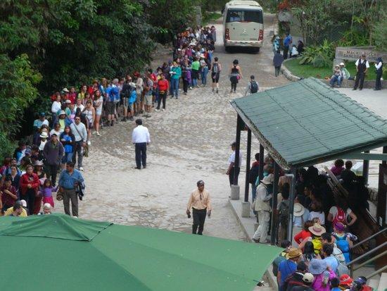 Belmond Sanctuary Lodge: Line for the bus