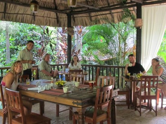 Table Rock Jungle Lodge: Breakfast with new friends, Alan, Colleen and Freddy