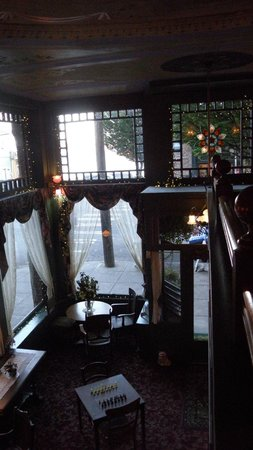 Palace Hotel Port Townsend: View of the beautiful lobby windows