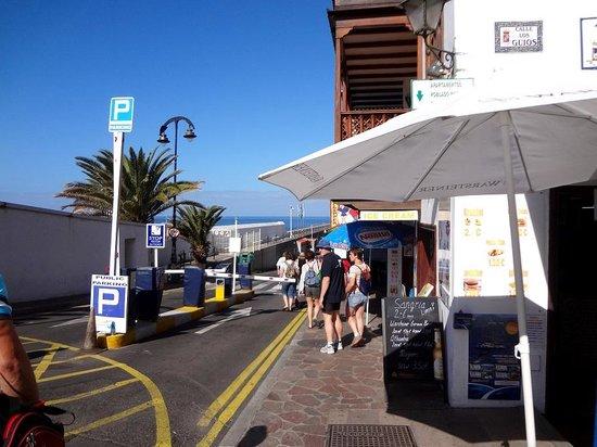Apartamentos Poblado Marinero: Въезд в порт у отеля