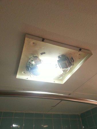 Americas Best Value Inn: Exposed lights/wiring in the bathroom.