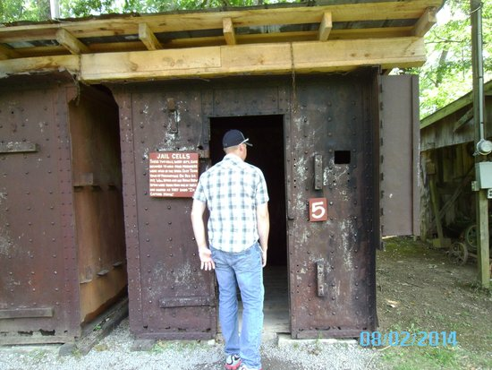 Museum of Appalachia : checking out the old jail cells